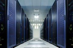 Serverrum med modern utrustning i datorhallen arkivfoton