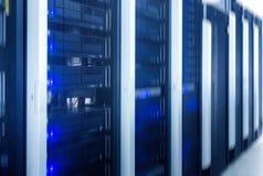 Serverrum Rengöringsdukinternet- och nätverkstelekommunikationteknologi, stor datalagring och beräknande datatjänstaffär för moln Arkivfoto