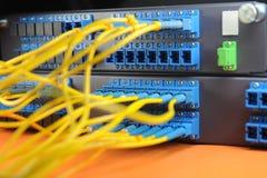 Servers in een centrum van technologiegegevens Royalty-vrije Stock Foto's
