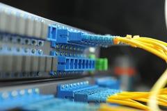 Servers in een centrum van technologiegegevens Stock Foto