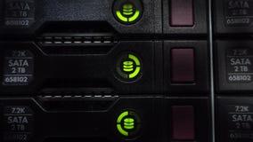 Serversstapel met harde aandrijving in een datacenter voor steun en gegevensopslag Sluit omhoog geschoten Het knipoogje leidde gr stock footage