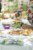 Servetabell med mat för söndag eftermiddaglunch Arkivbild