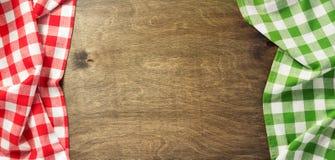 Servetdoek op houten achtergrond Stock Afbeeldingen