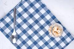 Serveteetkamer met blauwe kooi en vaatwerk op de lijst Dien het plaatsen in Vrije ruimte voor tekst Hoogste mening stock foto's