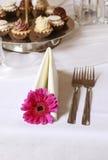 Servett som dekoreras med den rosa gerberablomman Fotografering för Bildbyråer