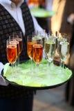 Serveur avec des glaces de champagne Image stock