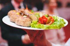 Serveur avec le plat de viande Images stock
