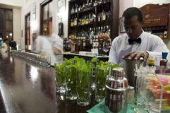 Serveur cubain dans le bar de l'hôtel Nacional à La Havane, Cuba. Photos stock