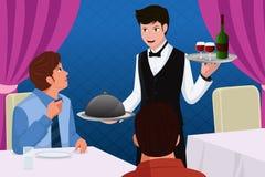 Serveur dans des clients d'une portion de restaurant Image libre de droits
