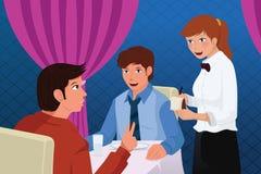 Serveur dans des clients d'une portion de restaurant Photos libres de droits