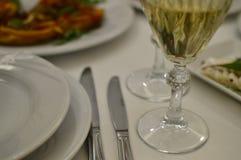 Serveur de table avec les verres et la nourriture de vin image stock