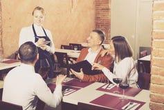 Serveur féminin dans le restaurant de pays Photos libres de droits