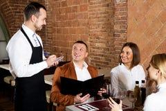 Serveur féminin dans le restaurant de pays Image libre de droits