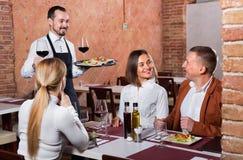 Serveur féminin dans le restaurant de pays Image stock