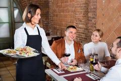 Serveur féminin dans le restaurant de pays Images libres de droits