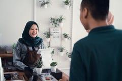 Serveur musulman dans le compteur de caf? photos libres de droits