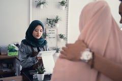 Serveur musulman dans le compteur de caf? photographie stock libre de droits