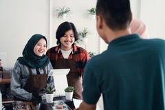 Serveur musulman dans le compteur de caf? photos stock