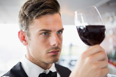 Serveur regardant un verre de vin photo stock