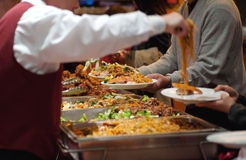 Serveur servant le mein chinois de bouffe Photo stock