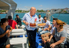 Serveur supérieur du restaurant des boissons et du thé servants de froid de ferry photographie stock libre de droits