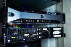 Serveurs de réseau dans la chambre de données photos stock