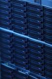 Serveurs de réseau dans la pièce domestique de chambre de données Images libres de droits