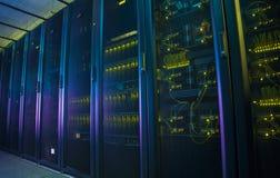 Serveurs de réseau à un centre de traitement des données Photographie stock libre de droits