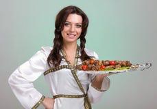 Serveurs portant des plats avec de la viande Image stock