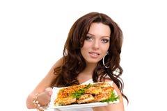 Serveurs portant des plats avec de la viande sur le blanc Image libre de droits