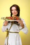 Serveurs portant des plats avec de la viande sur le jaune Photos libres de droits
