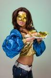 Serveurs portant des plats avec de la viande sur le vert Photo stock