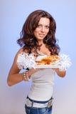 Serveurs portant des plats de prise avec de la viande sur le bleu Photo libre de droits