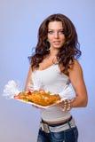 Serveurs portant des plats de prise avec de la viande sur le bleu Photos stock