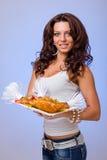 Serveurs portant des plats de prise avec de la viande sur le bleu Photo stock