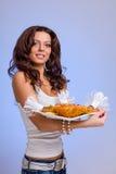 Serveurs portant des plats de prise avec de la viande sur le bleu Photos libres de droits