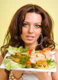 Serveurs portant des plats de prise avec de la viande sur le jaune Images stock