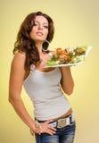 Serveurs portant des plats de prise avec de la viande sur le jaune Photos libres de droits