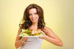 Serveurs portant des plats de prise avec de la viande sur le jaune Photo libre de droits