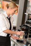 Serveuse attirante faisant le café avec la machine Photos stock