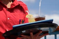 Serveuse avec deux boissons Image stock