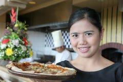 Serveuse avec la pizza Photos stock