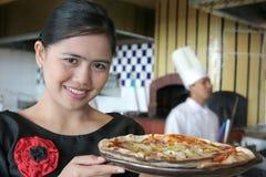 Serveuse avec la pizza Photo stock