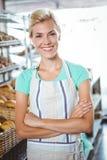 Serveuse de sourire posant le prochain panier du pain Photographie stock