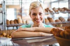 Serveuse de sourire posant le prochain panier du pain Image libre de droits