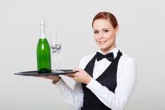 Serveuse retenant le champagne Photographie stock libre de droits