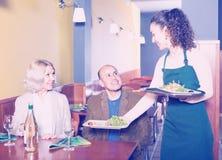 Serveuse servant les clients supérieurs Photos stock