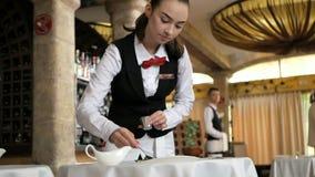 Serveuses au service de restaurant un plat clips vidéos