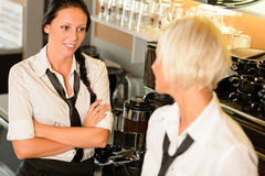 Serveuses parlant le bavardage dans des femmes de café de rupture Photo libre de droits