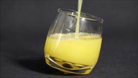 Servez un verre de jus d'orange clips vidéos